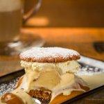 Sanduche de galleta con helado de macadamia y caramelo salado