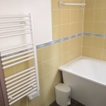salle de bain baignoire/lavabo/radiateur seche serviette
