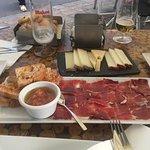Jamón ibérico de bellota y distintos quesos de Canarias