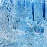 El glaciar de cerca, un día nublado.