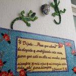 muchas de las decoraciones las hace la dueña manualmente en conjunto con mujeres de san andres.