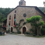 A la izquierda, la casa rural, a la derecha (con el ventanal redondo) la capilla del santuario.