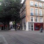 Ligne de tram et rues piétonnes aux abords de l'hôtel