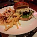 המבורגר עם גבינת עיזים