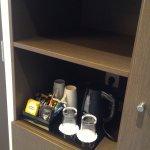 Services disponibles dans la chambre (avec le frigo en dessous)