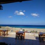 Blick von der Taverne zum Strand