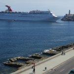 Crucero entrando al puerto entre El Morro y la esquina del Malecón