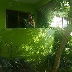 Balcón de la hab, se ve el mar tiene hamaca paraguaya, mesa y sillas.