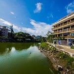 Hotel y río (Hotel and river)