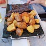 Carne e patate sulla griglia bollente
