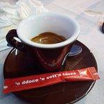 Caffè con simpatica bustina di zucchero