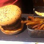 Burger + frites maison + petite salade crudités