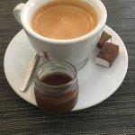 café accompagné d'une petite mousse choco!
