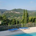 Vue sur la piscine et sur la colline avec village de Saint-Thomé