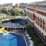Tuin/zwembad van DreamWorld resort & spa met daaraan vast de westzijde de zijkant van Orange Pal