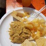 Birra artigianale con retrogusto fruttato, polenta, formaggi e chips di patate
