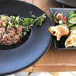 Tartare de bœuf à La thaï, nems de légumes, salade. Très réussi