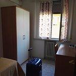 Scrivania, finestra, condizionatore e armadio della singola