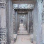 Galerías y pasillos con hermosas columnas hinduistas