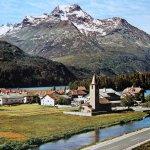 Kirche in Sils-Baselgia mit Piz La Magna im Hintergrund