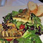 Wildkräutersalat mit Zanderfilet und Pinienkernen