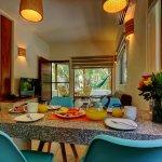 Mesa y sala Garden Suite 125