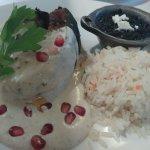 chile en nogada: chile (especie de pimiento) relleno, con salsa a base de nuez, semillas de gran