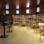 Zona de tapas y tienda de vinos y productos gourmet del Somontano.