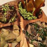 Tabla vegana( ceviche de cochayuyo, de setas, guacamole con chips y fondos de alcachofas saltead