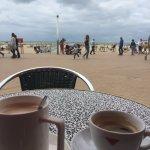 een grote kop en zicht op het strand en de zee