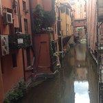 foto de un canal de bolonia , situado cerca del hotel el canal