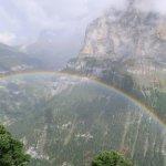 谷にかかった虹を眼下に見下ろす