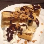 Gaufre façon banana split, chocolat et amandes effilées