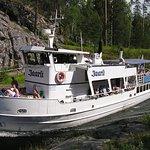 M/S Jaarli matkalla Varkaantaipaleen kanavassa. M/S Jaarli going through Varkaantaipale canal.