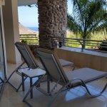 Balkon mit Liegen und Tischgarnitur...