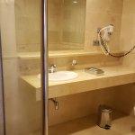 Bad mit Toilette, Bidet und ebenerdige Dusche...