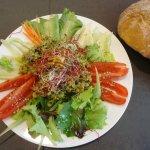 Insalata di grano saraceno con frutta secca e germogli