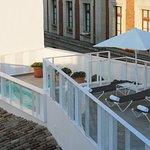 Nuestra Terraza-Bar, con piscina y tumbonas exclusivas para nuestros huéspedes
