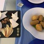 Croquetas de bacalao y selección de quesos majoreros (deliciosos!)