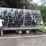 Montado bicicletas en el aparcadero hotel