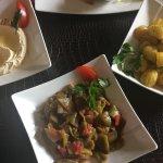 Houmous, loubieh et pomme de terre ail coriandre