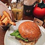 Hamburguesa de pollo con patatas excepcional, calidad precio excelente y lugar muy acogedor.