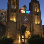 A beautiful pic at night of the spectacular Grace Cathedral.