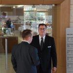 De dos, le Manager de la Restauration et de face le Maître d'Hôtel