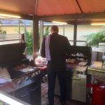 hier werden Fisch, Fleisch, Geflügel und Würste am Grill zubereitet