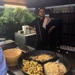 Chef Ali Bussi bietet Spaghetti im Parmesanlaib, Kartoffelgratin und Kartöffelchen an