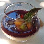 Panna cotta à la vanille, coulis de fruits rouges