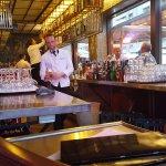 Blick in die Newton Bar vom Bürgersteig