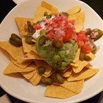 Nachos met guacamole, zure room en jalapeños