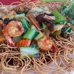 Nouilles sautées aux légumes, canard aux 5 parfums, poulet saute sur plaque chauffante et nouill